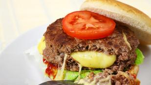 Baconnel készült húspogácsa mozzarellával töltve – készüljön belőle dupla sajtos hamburger!