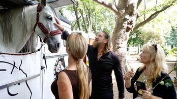 Pintér Tibor fehér lóval érkezett Gábor Zsazsa temetésére