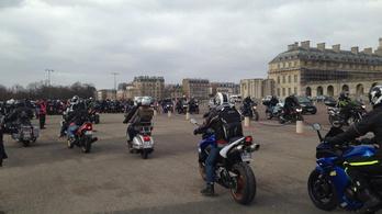 Fizetős lesz a motorosoknak a parkolás Párizsban