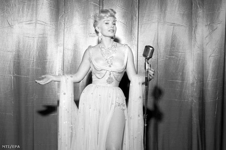 Az 1965. szeptember 12-i képen Gábor Zsazsa magyar származású amerikai színésznő fotózáson vesz részt önálló műsorának debütálása előtt a Las Vegas-i Riviera Hotel luxusszállodában, a műsor helyszínén