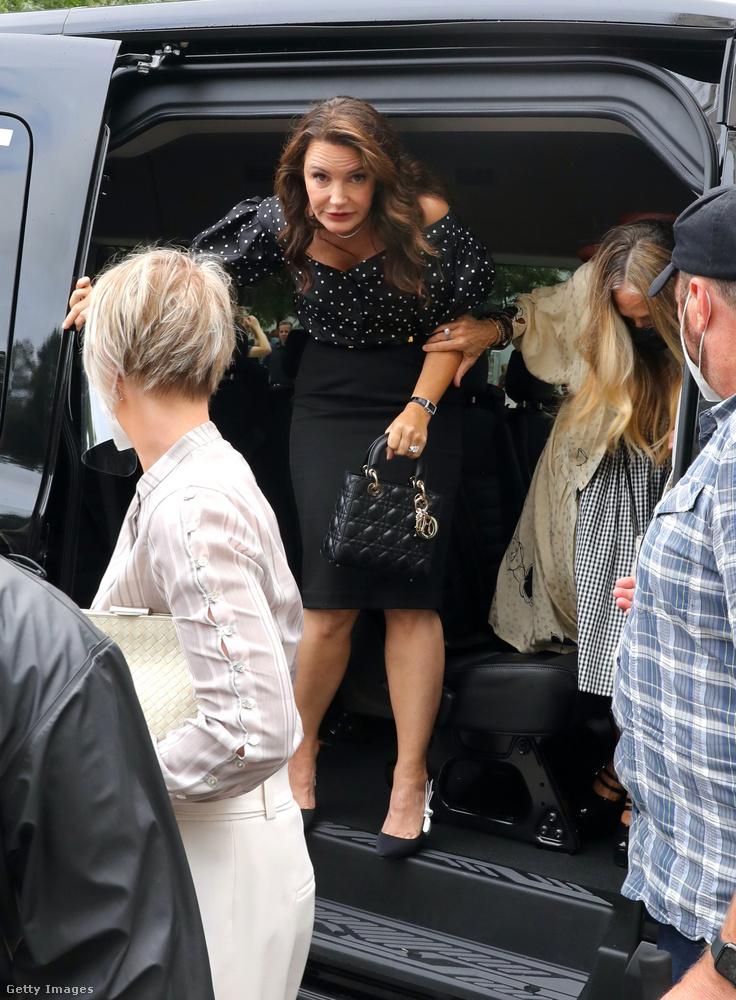 A Charlotte-ot alakító Kristin Davis itt éppen forgatásra érkezik július 9-én, de aznap nem sok fotó készült róla.