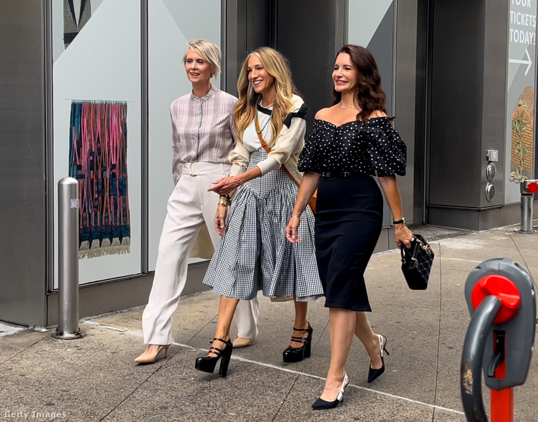 A történet továbbra is New Yorkban élő barátnők kalandjaira koncentrál, ez az első közös jelenetfotó: Cynthia Nixon, Sarah Jessica Parker és Kristin Davis így korzóznak együtt.