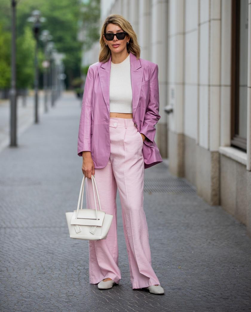 Az elegánsabb, élére vasalt nadrágokhoz tökéletes kiegészítő egy blézer. Ha pedig azt szeretnéd, hogy a szett még jobban hangsúlyozza a derekadat, válassz testhezálló, akár picit hasvillantós felsőt.