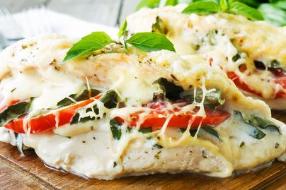 Mozzarellával és paradicsommal töltött csirkemell sütőben sütve - Balzsamecetes szósszal lesz igazán finom