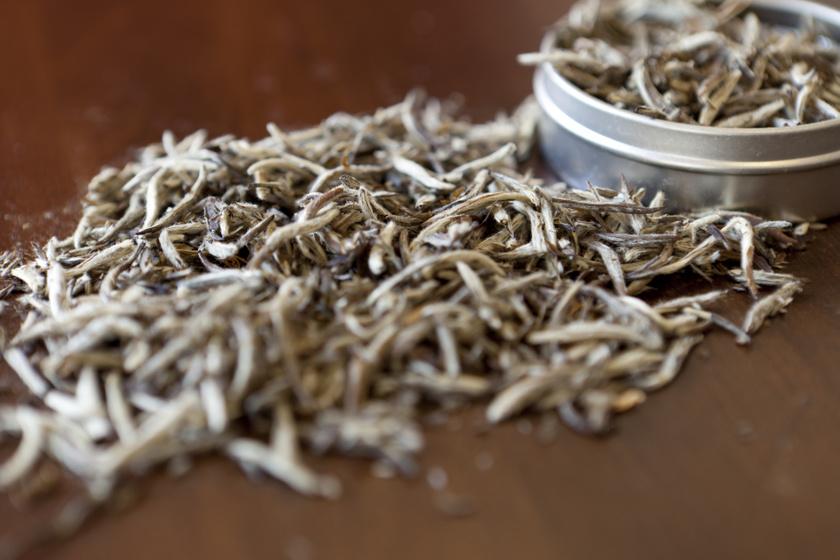 Csökkenti az éhséget, az IR kockázatát: a fehér tea 4 áldásos hatása a szervezetre