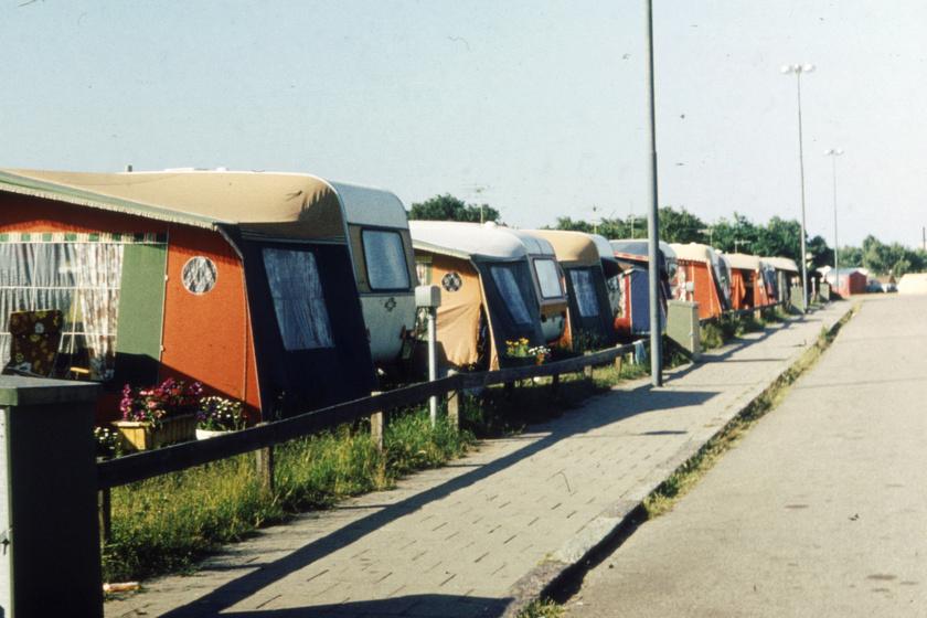 A '70-es, '80-as években nagy divatja volt a lakókocsis nyaralásnak, sok családnak ez volt az egyetlen anyagilag is megengedhető forma, ha a magyar tengernél szeretett volna nyaralni.