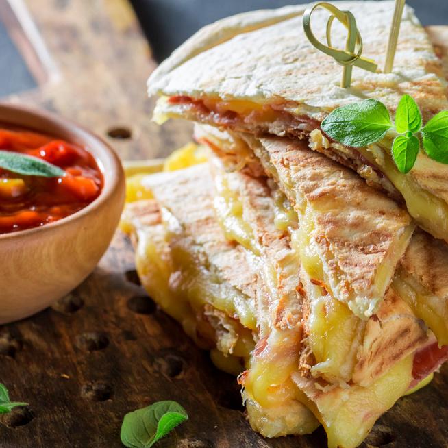 Villámgyors quesadilla sajttal és sonkával töltve – Melegszendvicssütőben is készülhet