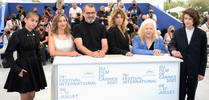 Padme Hamdemir, Láng Annamária, Mundruczó Kornél rendező, Wéber Kata, Monori Lili és Goya Rego (b-j) az Evolúció című film bemutatójának alkalmából tartott fotózáson a 74. Cannes-i Nemzetközi Filmfesztiválon 2021. július 12-én