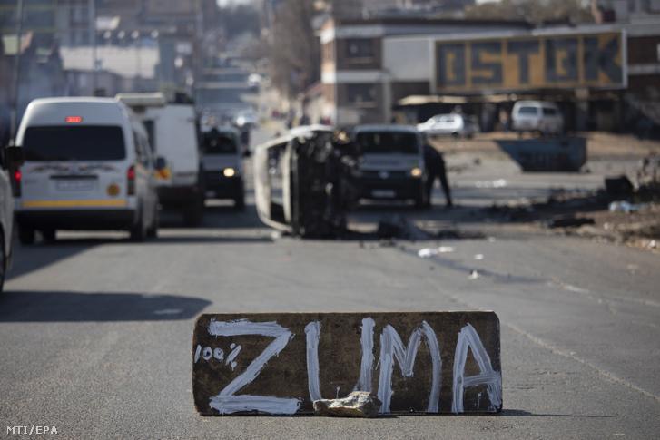 A Jacob Zuma volt dél-afrikai elnök bebörtönzése miatt elégedetlen tüntetők a politikus nevét festették egy fémtárgyra Johannesburgban 2021. július 11-én