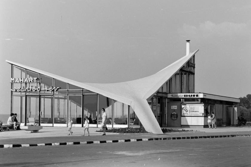 A szántódi rév jellegzetes épületét 1961 és 1963 között építették Dianóczky János tervei alapján, kialakításában pedig fontos szerepet játszottak a futurisztikus elemek. A komppal érkezőket és távozókat még ma is ez az épület fogadja, azóta azonban egy modernebb épületet is hozzácsatoltak.