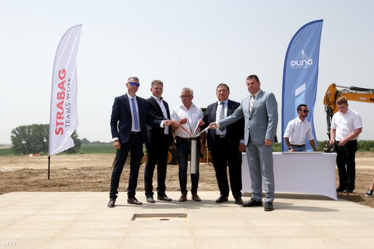 Az M6-os autópálya Bóly-Ivándárda (országhatár) közötti szakasz alapkövének letételén a baranyai Nagynyárádon 2021. július 13-án