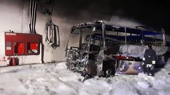 Huszonöt gyermeket menekítettek ki a kigyulladt buszból