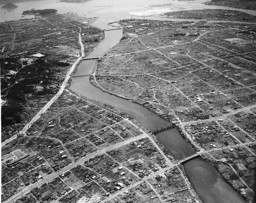 Hirosima sűrűn lakott ipari központ volt, lakóinak száma meghaladta a 318 000 főt. A földdel tették egyenlővé 1945. augusztus 6-án.