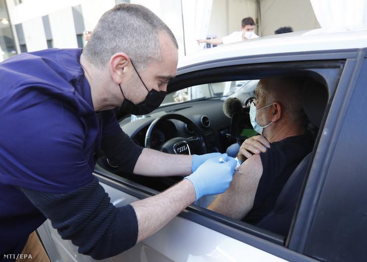 Az autósok számára felállított első franciaországi oltópont a Montpellier melletti Saint-Jean-de-Vedas kórháza előtt 2021. április 13-án