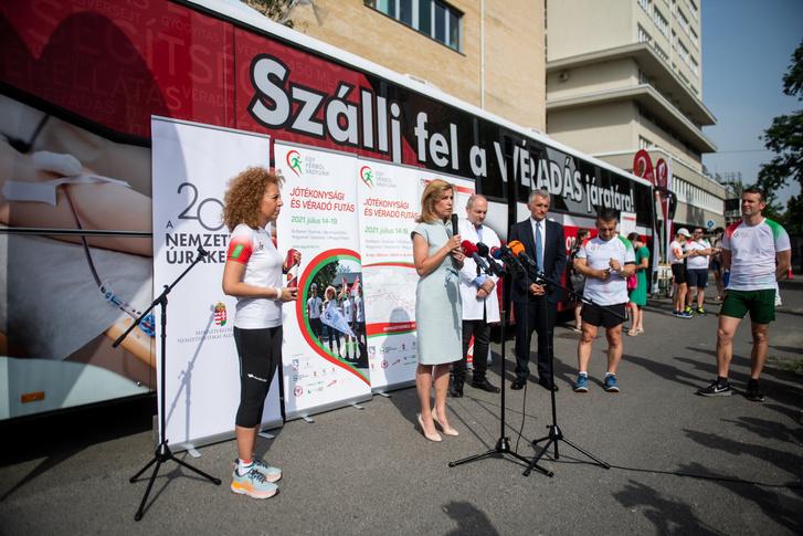 Gui Angéla alapítványi elnök és Herczegh Anita fővédnök az Egy vérből vagyunk jótékonysági futás nyitórendezvényén, a Gottsegen György Országos Kardiovaszkuláris Intézet udvarán