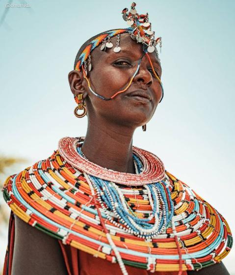 A kenyai samburu törzs hagyományos ruhája egy markáns piros színű, a testen körbetekert darab. A nők rengeteg gyöngyös nyakláncot, fülbevalót és karkötőt viselnek, de fejdíszeket is gyakran hordanak.