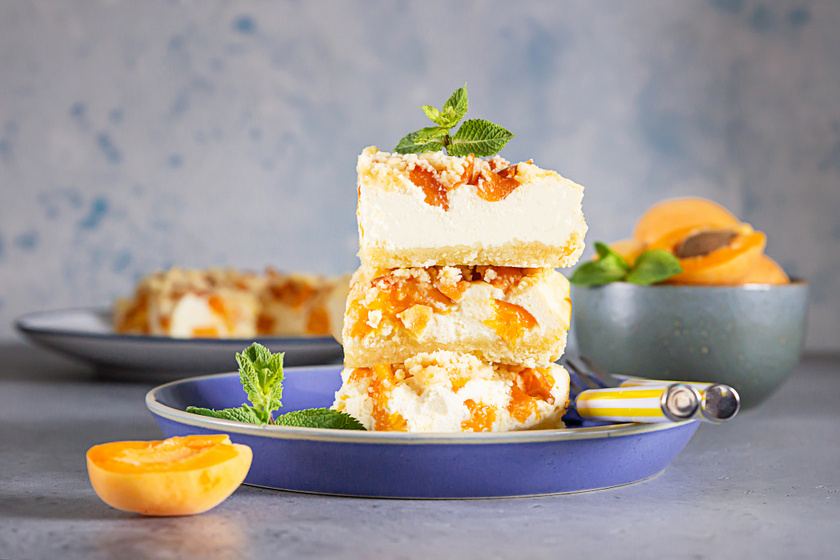 Barackos, túrós süti omlós tésztából: a tetejére roppanós morzsa kerül