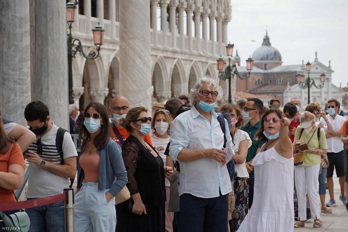 Turisták a velencei Szent Márk téren 2021. június 7-én