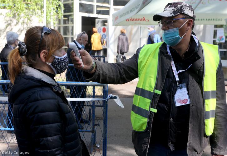 Horvát állampolgárok egy zágrábi vásártérre érkeznek, hogy megkapják a Pfizer–BioNTech Covid–19-vakcinát 2021. április 21-én Zágrábban