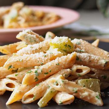 Krémsajtos-cukkinis tészta friss petrezselyemmel: könnyed ebéd pillanatok alatt