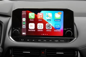 Harmadik szinttől jár a 22 és fél centis érintőképernyő. Kezelni nem túl bonyolult, Apple CarPlay és AndroidAutó is lehet hozzá, amint hangvezérlés is