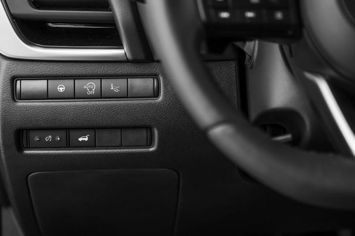 A felső sorból állítható a head-up-display. Az alsó sorban a csomagtér motoros nyitásának a gombja