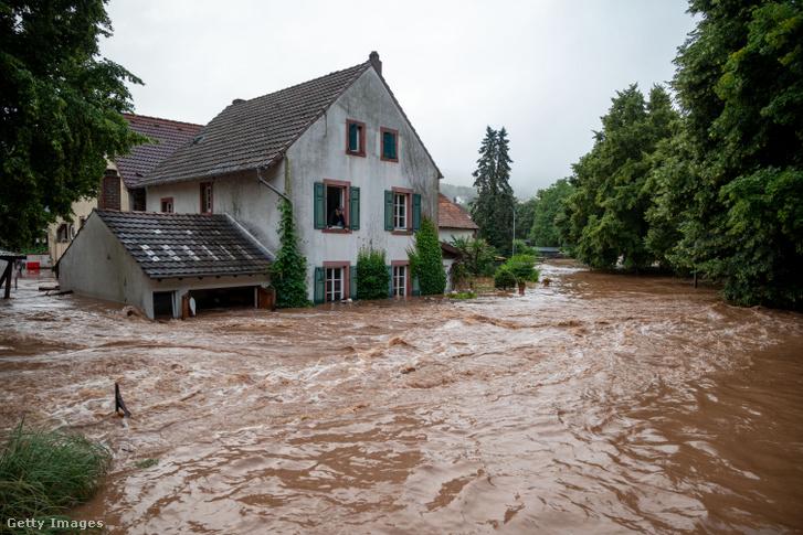 Elöntött falu utcái Németországban 2021. július 15-én