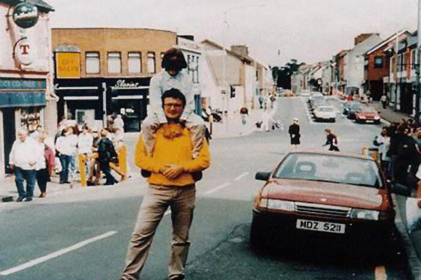 Egy teljesen hétköznapinak tűnő fotó apáról és fiáról az észak-írországi Omagh városában 1998. augusztus 15-én. Néhány másodperccel később felrobbant az IRA terrorszervezet bombája, amit a piros autóba rejtettek, a merénylet során 29 ember meghalt, köztük a fotós is. Az apa és fia túlélték a robbanást.