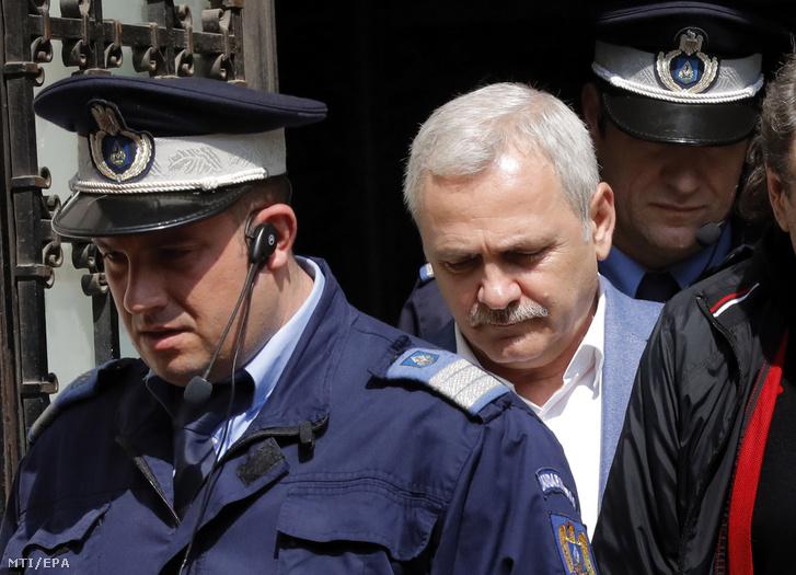 Liviu Dragnea rendőrök kíséretében 2019. április 15-én