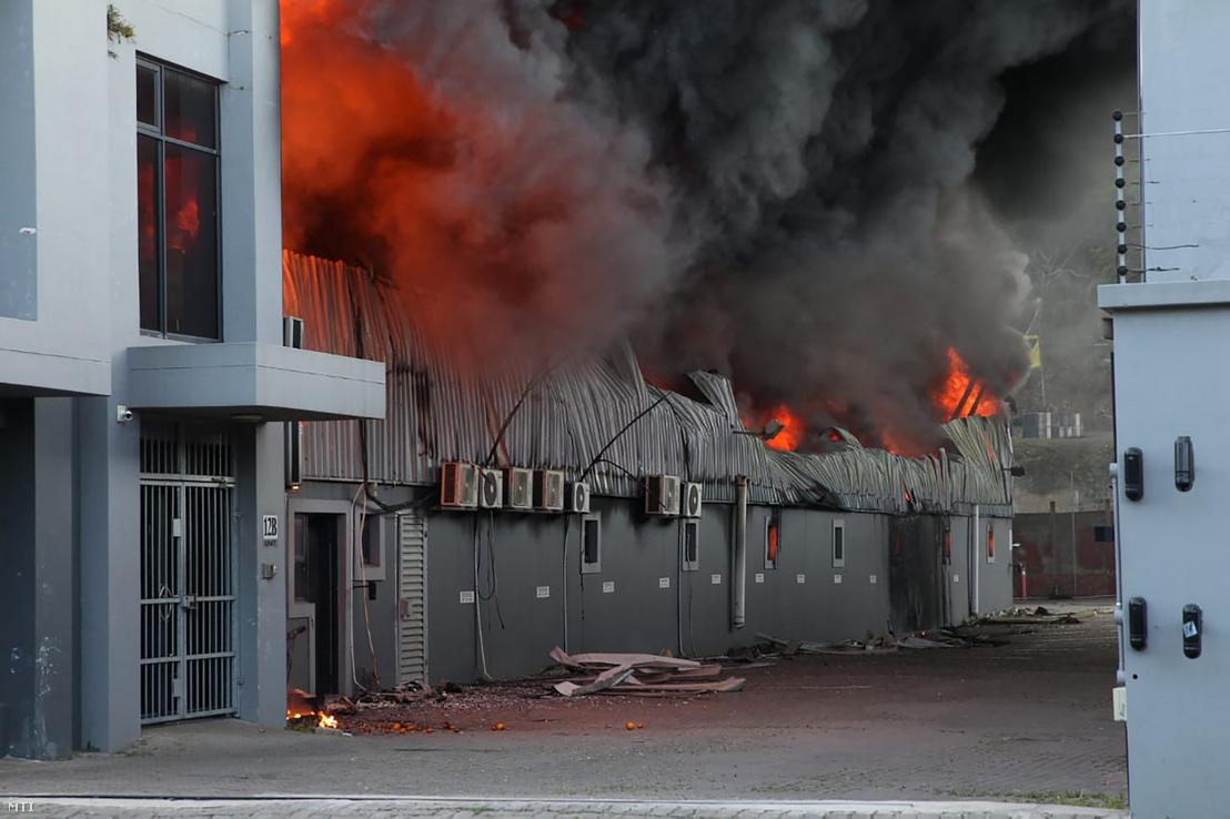 Felgyújtott gyárépület lángol a dél-afrikai Durbanban 2021. július 14-én. Dél-Afrikában zavargások törtek ki azt követően, hogy Jacob Zuma volt dél-afrikai elnök július 8-án feladta magát a rendőrségnek