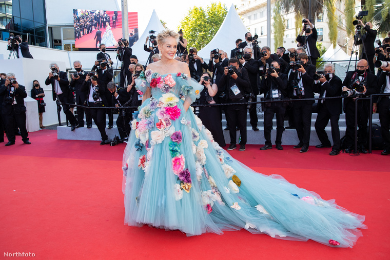 A 63 éves színésznő láthatóan nagyon jól érezte magát a Dolce & Gabbana tavalyi őszi/téli couture kollekciójából származó darabban,