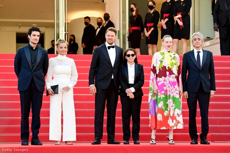 A premieren a női főszerepet játszó Léa Seydoux nem tudott részt venni, mert karanténban van: pozitív lett a koronavírus-tesztje