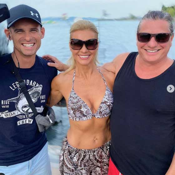 Az 51 éves Barta Sylvia ebben a mintás bikiniben jelentkezett be a csopaki strandról. Tökéletes alakján látszik az állandó sportolás.