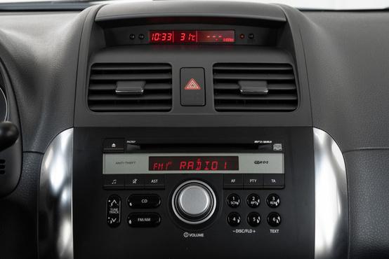 A gyári rádió kezelése nem bonyolult, felette az óra és a fogyasztási adatok jeleníthetők meg a piros kijelzőn