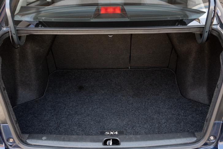 Szedánhoz képest ügyes és jól pakolható a csomagtartó, mert nagy a nyílás és síkokkal határolt a tér