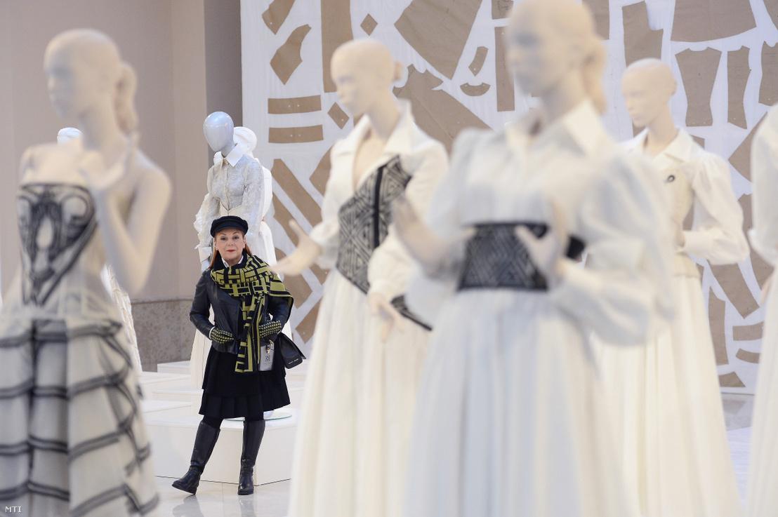 Képünk illusztráció. Zoób Kati divattervező a márkájának 25 éves fennállását ünneplő retrospektív kiállításon 2020. január 30-án.