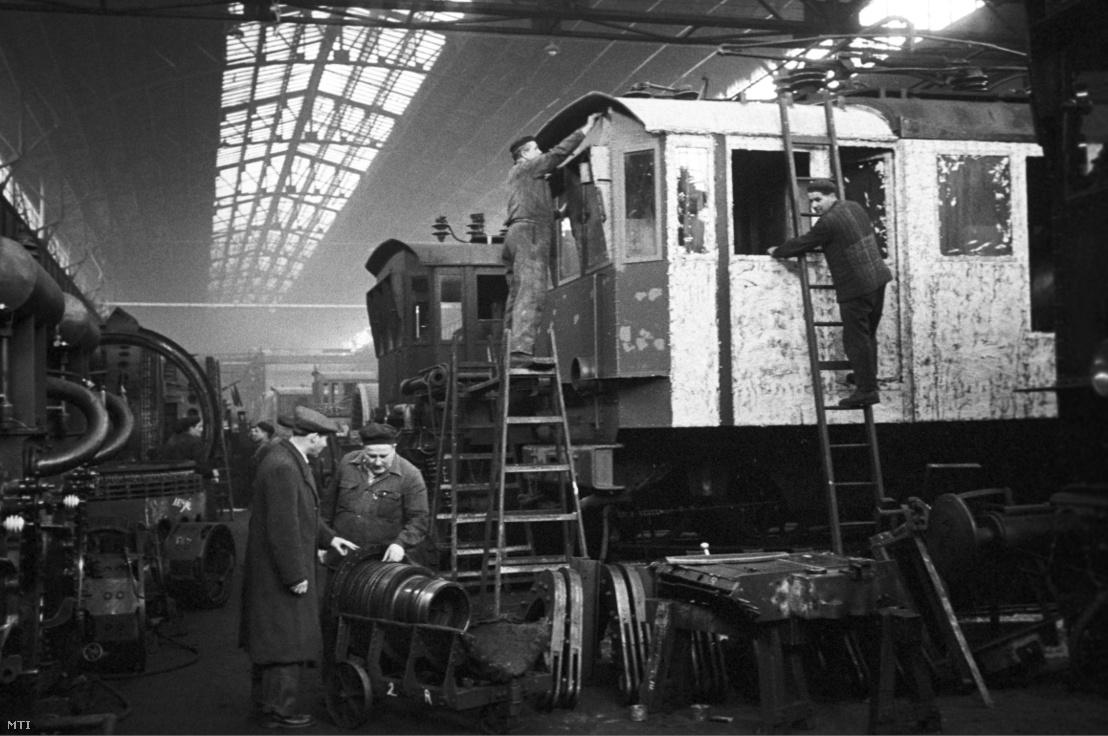 Egy Kandó villanymozdonyt szerelnek a munkások a MÁV Északi Járműjavító nagyszereldéjében 1958. április 8-án