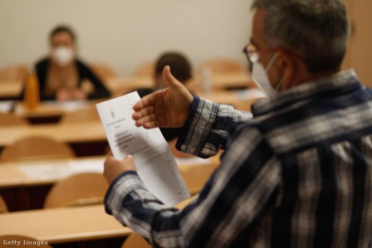 Egy tanár órát tart a diákoknak