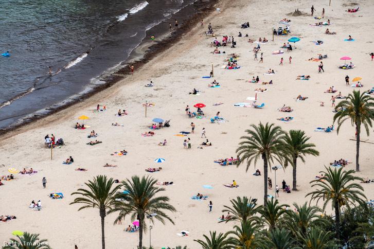 Strandolók a spanyolországi Alicante városában 2021. május 30-án