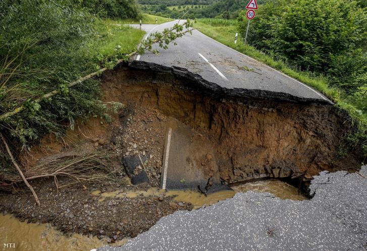 Az Ahr folyó áradása következtében megrepedt úttest a Rajna-vidék-Pfalz tartományban fekvő Insul és Schuld település között 2021. július 15-én