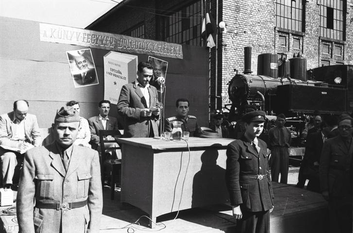 1949. június elsejétől a könyvnapok keretében vásárolhatják az emberek a különböző könyvsátrakban, alkalmi elárusítóhelyeken a könyveket. A főváros kiemelt helyeitől távolabb, a MÁVAG-gyárban Sólyom László altábornagy ünnepi beszéde után ismerkedtek a dolgozók az új könyvekkel