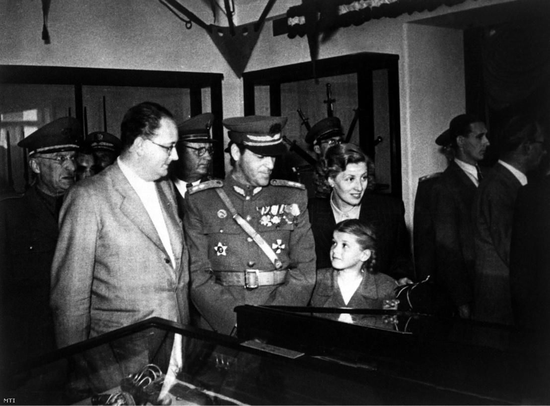 Sólyom László altábornagy családjával a Hadimúzeum megnyitásán,1949. május 21-én. A hátsó sorban kettőjük közt Münnich Ferenc, Budapest rendőrfőkapitánya áll