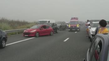 Videó: Tömegkarambol az autópályán, már tíz kilométeres a torlódás