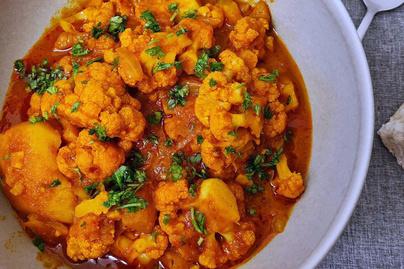 Illatos, kiadós curry karfiolból: sült hús vagy lepénykenyér mellé