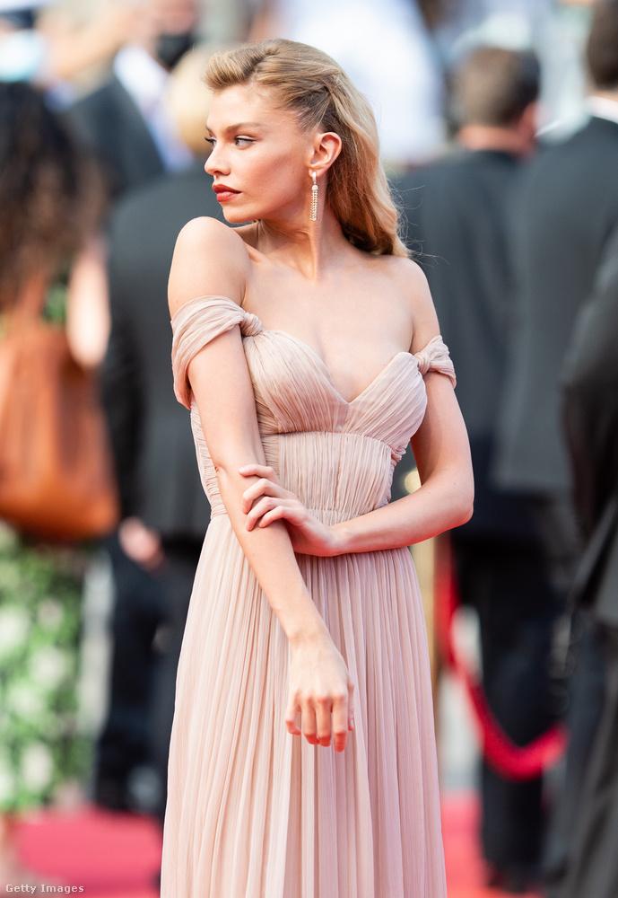 Kezdjük Stella Maxwell modellel, aki a legvisszafogottabban szexi ebben az összeállításban: éppen csak úgy fest, mint akiről leomlani készül a ruha, viszont