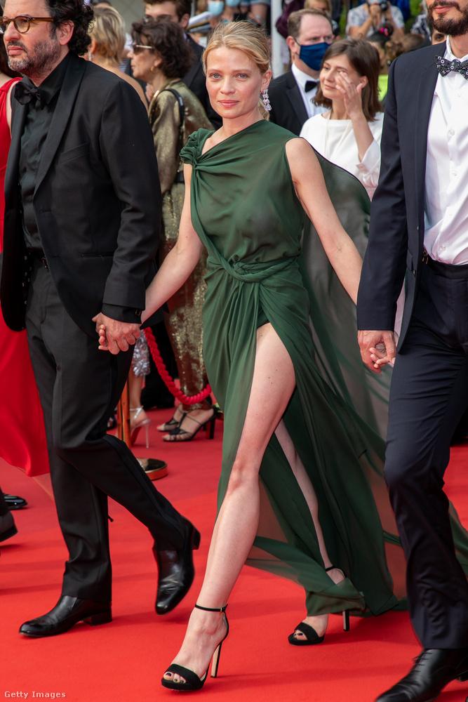 Az utolsó, egyszemélyes kategóriánk Mélanie Thierry színésznő, aki július 12-én és 13-án is tökéletesen átlátszó ruhákban lépett színre.