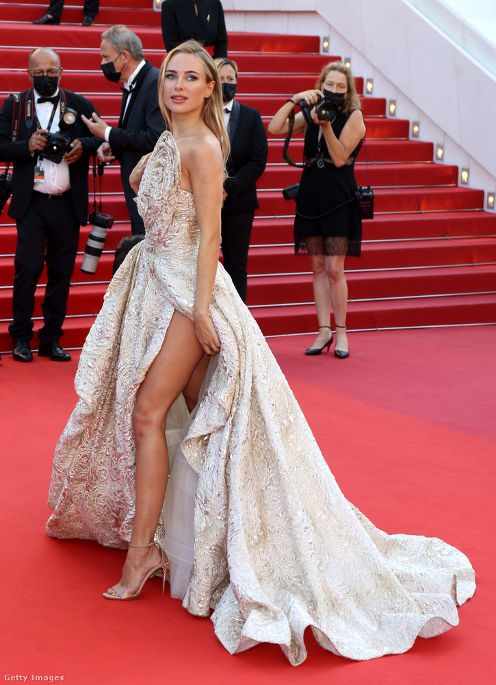 Amióta Angelina Jolie 2012-ben, az Oscaron előadta a Nagy Combvillantást, azóta minden celebeseményen van legalább egy olyan személy, aki merészen felvágott szoknyarészben mutatja meg, milyen hosszúak a lábai.