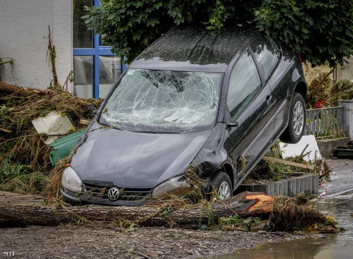 Az Ahr folyó áradása következtében elsodródott autó a Rajna-vidék-Pfalz tartományban fekvő Insulban 2021. július 15-én
