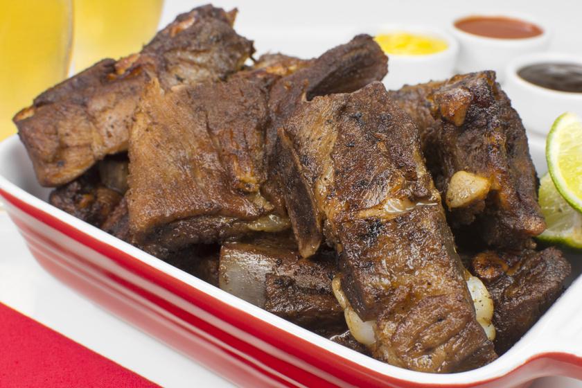 Oldalas sörben sütve: a hús olyan omlós, hogy leválik a csontról