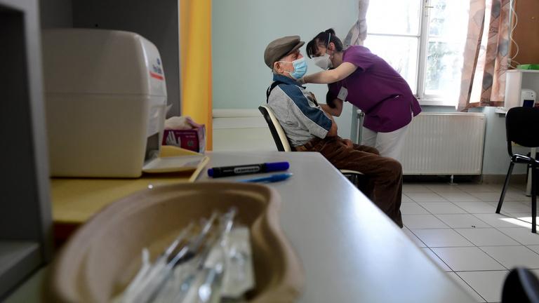 Védi vagy sem az időseket a Sinopharm vakcinája?